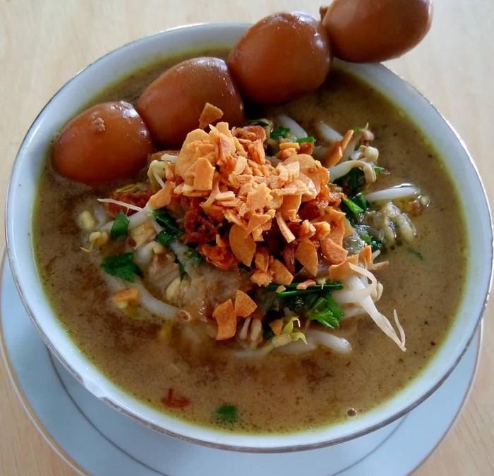 Meski berasal dari Kudus, soto ayam ini ada diberbagai kota. Kuahnya bening dengan taburan kucai dan bawang putih goreng. Foto: Instagram @sovifooddiary
