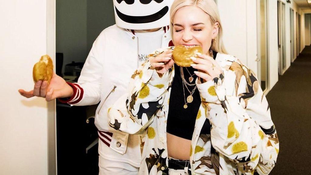 Serunya Momen Makan Anne Marie Bareng Marshmello dan Ed Sheeran