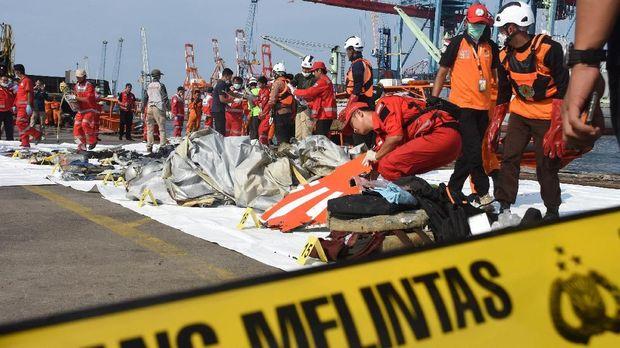 Petugas Basarnas mengevakuasi puing pesawat Lion Air JT 610 pascakecelakaan, di Pelabuhan Tanjung Priok, Jakarta, Senin (29/10)