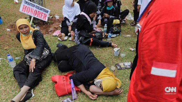 Honorer K2 Melakukan Aksi di Seberang Istana Sejak Kemarin