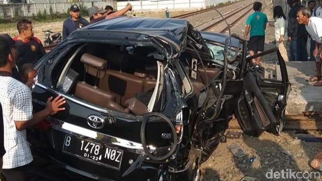 Toyota Avanza Tertabrak Kereta Api di Demak, 1 Orang Tewas