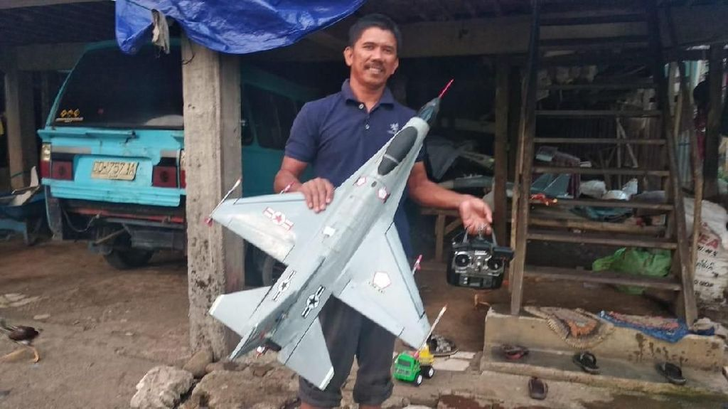 Sopir Angkot Ini Bikin Pesawat Nirawak, Waktu Terbang 1 Jam