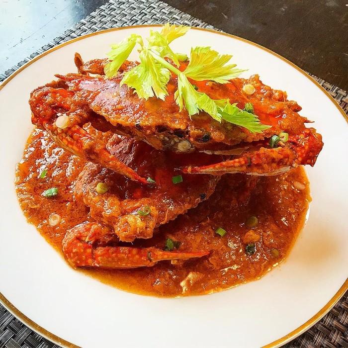 Pedas gurih kepiting saus cabai ini memang sulit ditolak. Kepiting dimasak bersama bumbu langsung sehingga rasanya meresap sampai ke dalam dagingnya. Foto : instagram @datsimaping