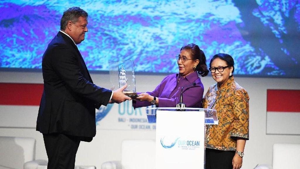 Tutup Konferensi Laut Dunia, Susi dan Menlu Beri Pinisi ke Norwegia