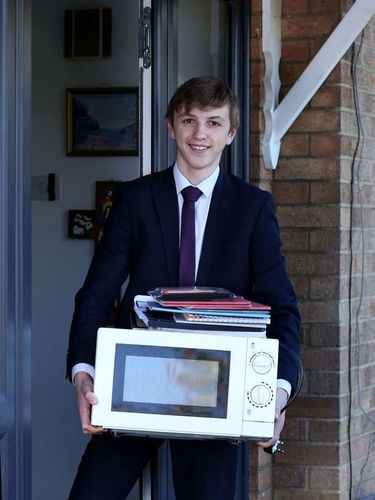 Jacob Ford bawa microwave ke sekolah sebagai bentuk protes karena dilarang pakai tas