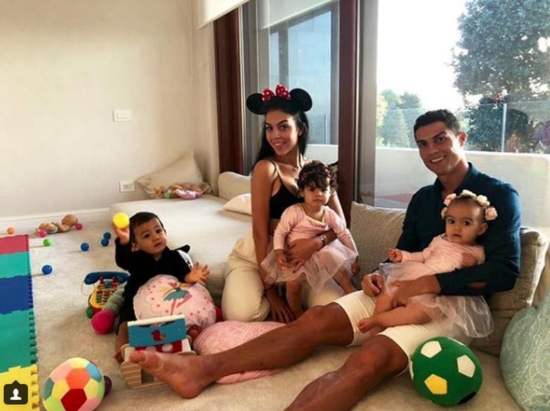 Rayakan Ultah Pertama, Putri Bungsu Cristiano Ronaldo Bikin Gemas