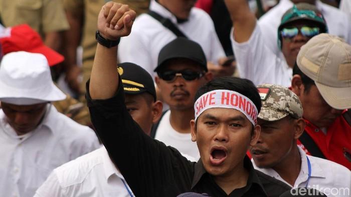 Guru honorer dari berbagai daerah berunjukrasa di depan Istana Merdeka, Jakarta, Selasa (30/10/2018). Mereka minta diangkat menjadi PNS.