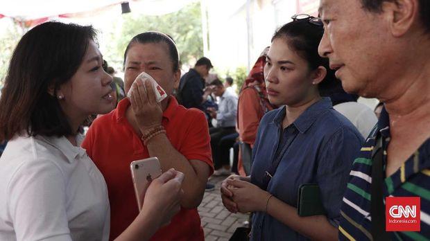 Keluarga korban pesawat Lion Air JT-610 mendatangi RS Polri Kramat Jati, Jakarta, Selasa (30/10).