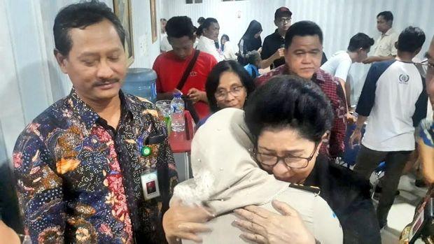 Menkes Nila F Moeloek memeluk erat istri korban Lion Air JT 610. Korban bekerja di KKP Pangkal Pinang, sebuah institusi di bawah Kementerian Kesehatan.