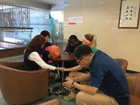 Steve dan kawan-kawan dari berbagai negara dan etnis saat berdoa bagi pasien kanker.