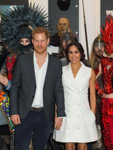 Meghan Markle memakai blazer dress karya Maggie Marilyn.