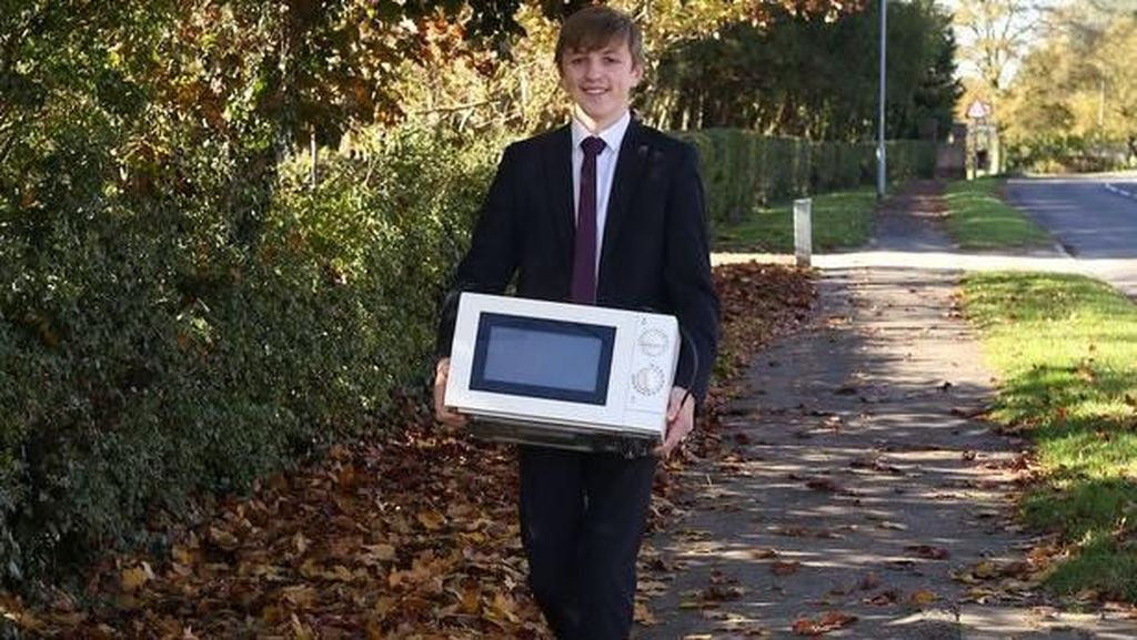 Dilarang Pakai Tas, Siswa Ini Bawa Microwave ke Sekolah