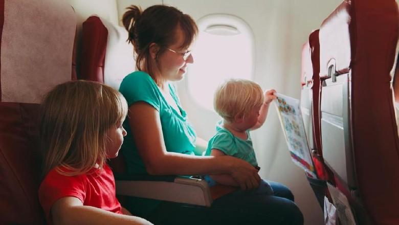 Ilustrasi anak naik pesawat
