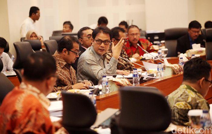 Rapat dipimpin oleh Azis Syamsuddin.