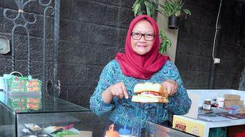 Wanita Ini Raup Jutaan Rupiah dari Jualan Roti Bakar di Garasi