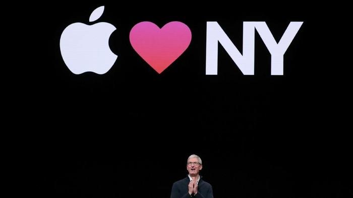 CEO Apple Tim Cook saat mengumumkan perangkat-perangkat baru Apple (Foto: Shannon Stapleton/Reuters)