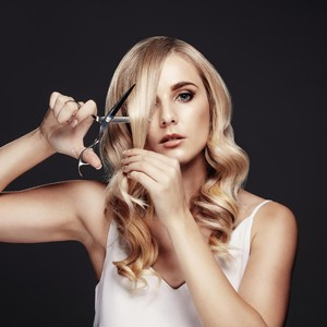 Video Viral, Wanita Gunting Rambut untuk Bikin Kuas Eyeshadow Sendiri