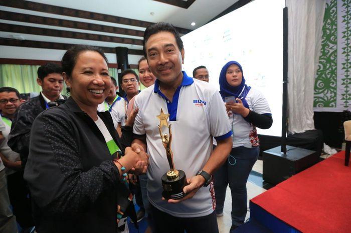Menteri BUMN Rini M Soemarno menyerahkan penghargaan Rumah Kreatif BUMN (RKB) Terbaik kepada Direktur Utama Bank BRI Suprajarto (Foto: dok. Bank BRI)