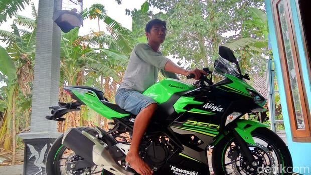 Motor Ninja 250 yang dibeli dengan uang koin