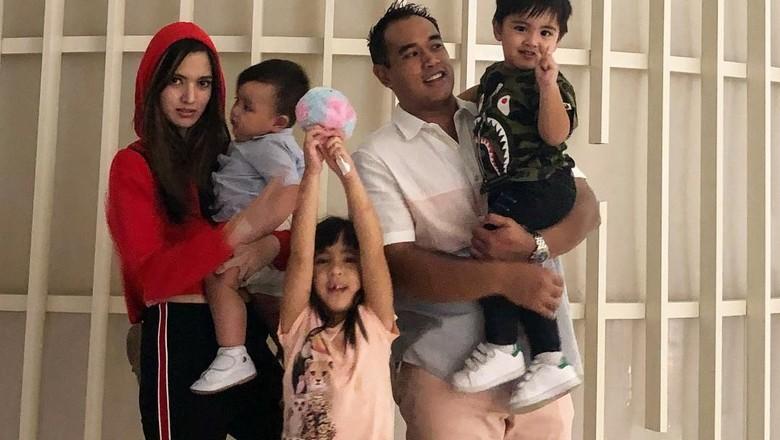 Ardi Bakrie meleleh baca surat cinta dari putrinya/ Foto: Instagram/ramadhaniabakrie