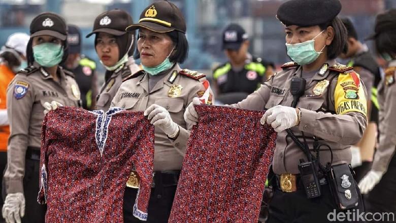 Polisi Tunjukkan Baju Pramugari Lion Air JT 610
