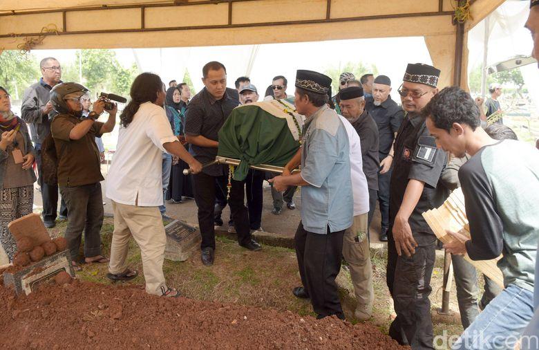 Ibunda Eko Patrio dimakamkan pada siang tadi, Rabu (31/10) di TPU Penggilingan, Rawamangun, Jakarta Timur.Pool/Noel/detikFoto.