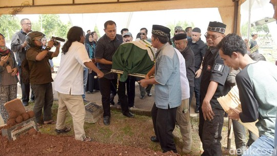 Mata Sembab Viona dan Ketegaran Eko Patrio di Pemakaman