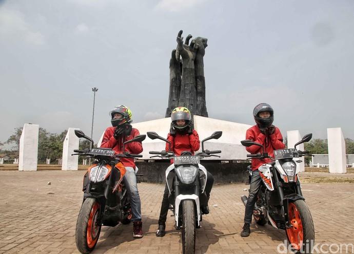 Sebelum bertolak ke Cirebon, Road Warriors 2018 menyempatkan mendatangi salah satu monumen bersejarah di kota Karawang yakni Tugu Rengasdengklok, Karawang.