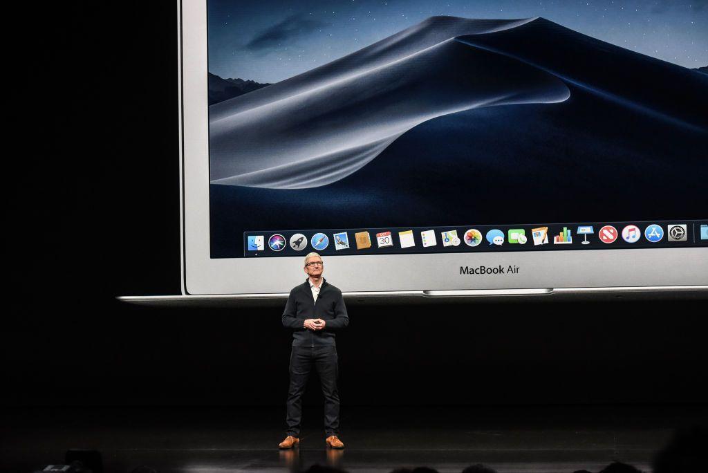 CEO Apple, Tim Cook, ketika memperkenalkan MacBook Air terbaru. Foto: Getty Images