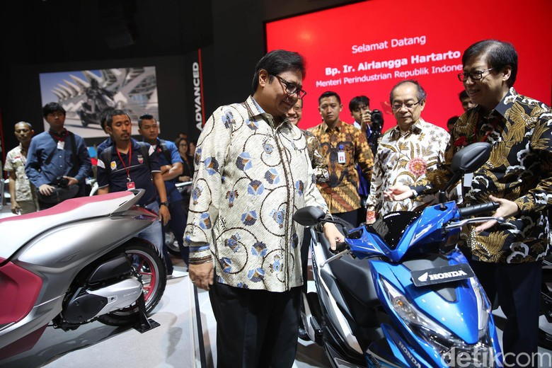 Menperin melihat-lihat motor di booth Honda IMOS 2018. Foto: Agung Pambudhy