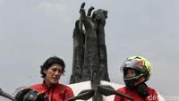 2 Riders Road Warriors berpose dengan latar belakang Tugu Proklamasi Rengasdengklok.