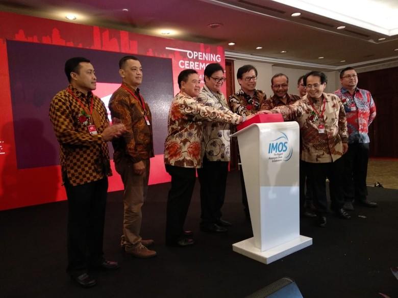 Menteri Perindustrian Airlangga Hartarto buka ekspo IMOS 2018. Foto: Luthfi Anshori