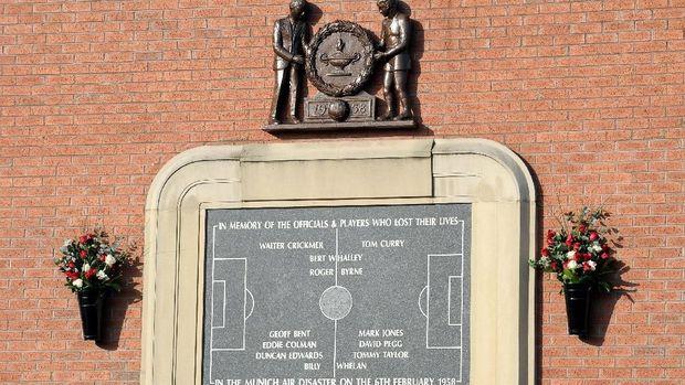 Prasasti peringatan tragedi Munich di Stadion Old Trafford. (
