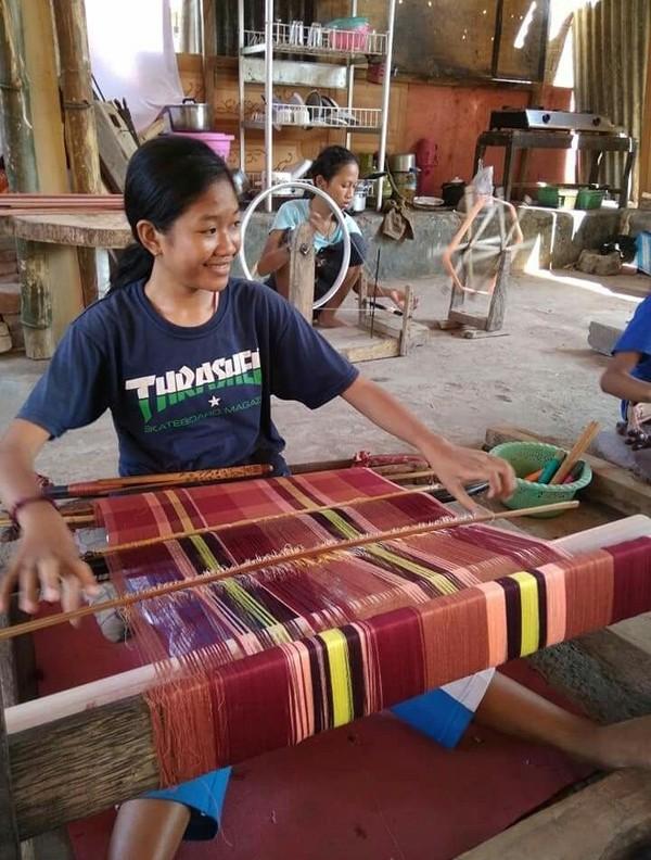 Tidak hanya dalam proses penenunan, sakralisasi terhadap Kain Bayan juga terefleksi melalui makna-makna kombinasi warna dalam kain tenunnya (dok Jajaq Bayan/Istimewa)