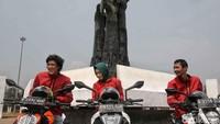Riders KTM Road Warriors berpose di Tugu Proklamasi Rengasdengklok. Tugu ini memiliki nilai tersendiri bagi warganya.