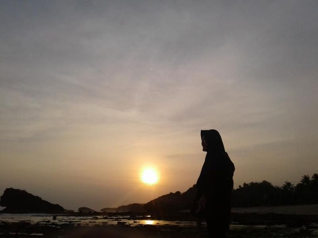 Pacitan Punya Sunset Cantik di Pantai Watu Karung