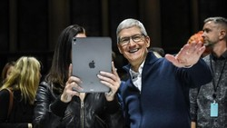 CEO Apple Tim Cook Sah Jadi Manusia Rp 14,7 Triliun!