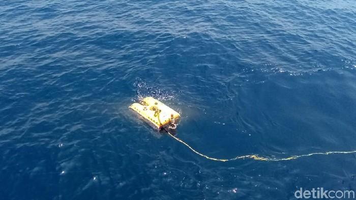 KR Baruna Jaya I milik BPPT menerjunkan ROV ke laut Foto: Matius Alfons/detikcom