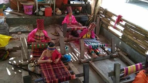 Jika ke Lombok, singgahlah ke Dusun Bayan Timur, Kecamatan Bayan, Kabupaten Lombok Utara. Di sana ada Sanggar Jajaq Bayan yang intens melestarikan budaya adat Bayan kepada generasi muda melalui proses pembuatan kain tenunnya (dok Jajaq Bayan/ Istimewa)