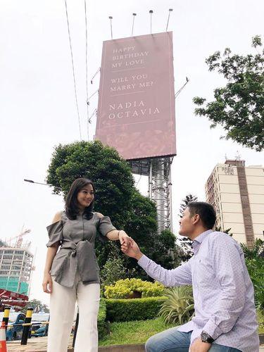 Adya Laksmana Sudrajat jadi viral karena lamar pacar, Nadia Octavia lewat billboard