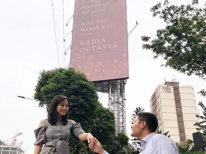Pria lamar kekasih lewat billboard. Foto: Instagram @nadia.oct