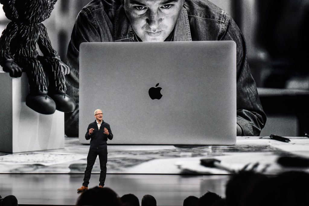 Tim Cook memperkenalkan MacBook Air terbaru di Brooklyn Academy of Music di New York. Ini adalah update pertama MacBook Air dalam 3 tahun. Foto: Getty Images