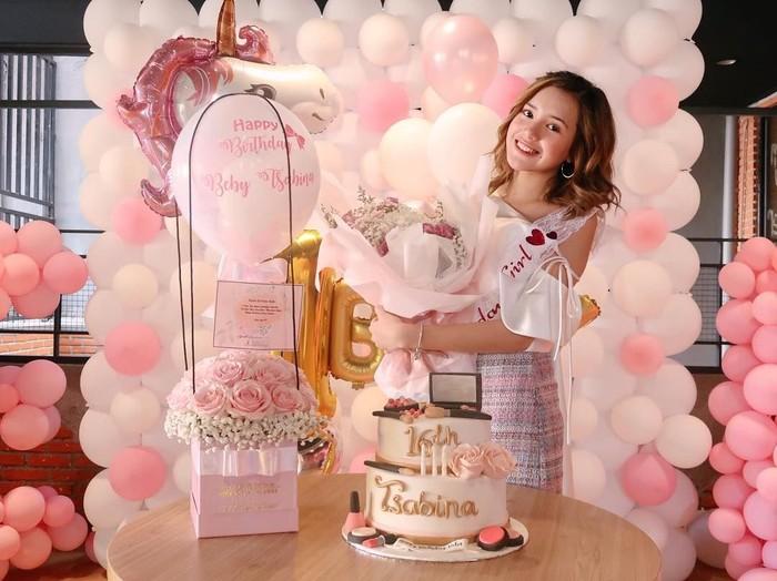 Pemilik nama lengkap Cut Beby Tshabina ini baru saja ulang tahun ke-16. Mengusung tema Unicorn serba pink, Beby dapat cake cantik juga lho. Foto: Instagram bebytsabina