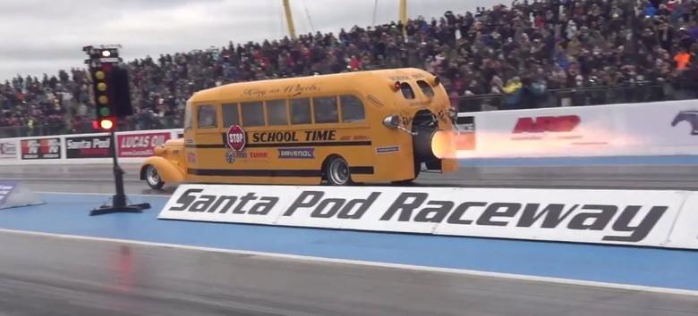 Bus sekolah bermesin jet. Foto: Autoevolution