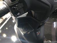 Mulut tangki bensin Yamaha FreeGo berada si dasbor depan sebelah kiri.