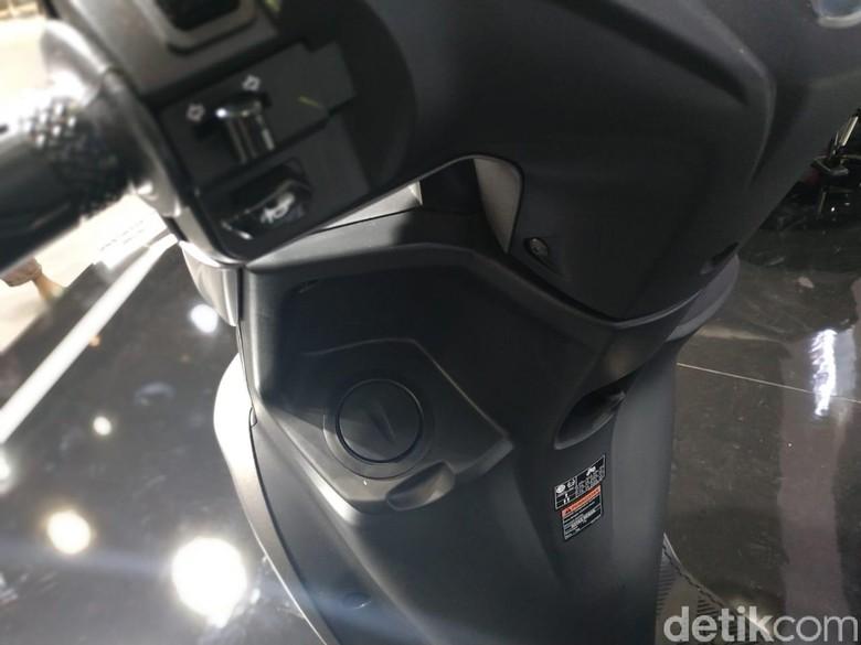 Mulut tangki bensin Yamaha FreeGo berada si dasbor depan sebelah kiri. Foto: Ridwan Arifin