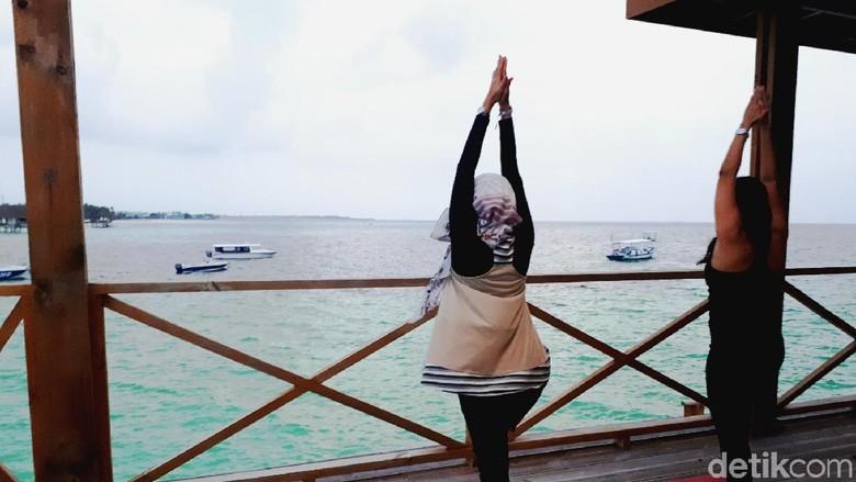 Yoga dengan pemandangan pantai di Maldives (Kurnia/detikTravel)
