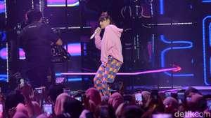 Boom Clap! Charli XCX Hot dengan Baju Superketat