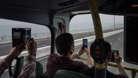 Naik bus melewati Jembatan Hong Kong Zhuhai Macau (Billy H.C. Kwok/Getty Images AsiaPac/Getty Images/CNN Travel)