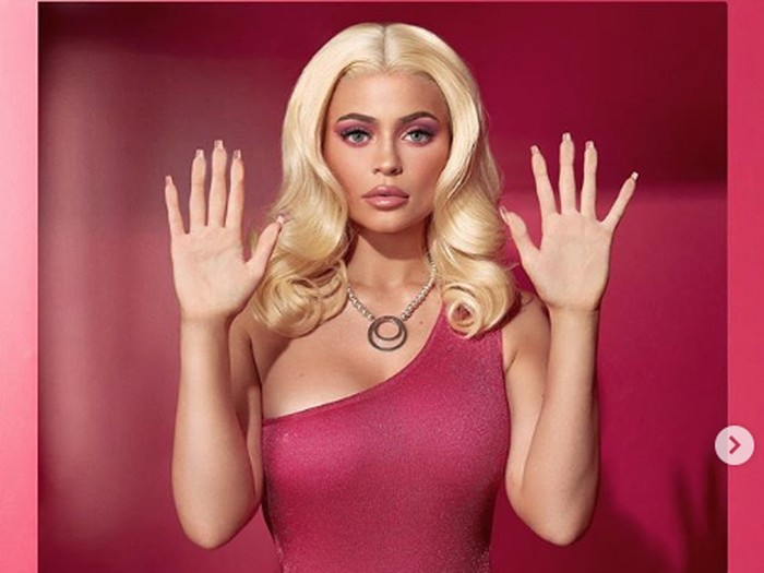Kylie Jenner tampil seperti Barbie.